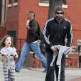 Hugh Jackman et sa fille Ava à trottinette dans les rues de New York, le 12 mars 2012.