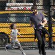 Hugh Jackman et sa fille Ava dans un parc de Manhattan à New York, le 12 mars 2012.