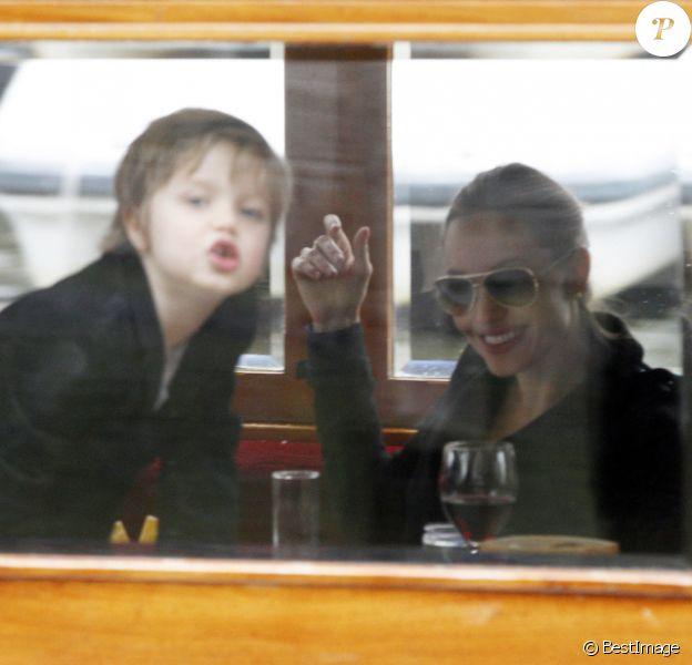 Angelina Jolie et ses filles Zahara, 7 ans, et Shiloh, 5 ans, sur une péniche à Amsterdam, le 14 mars 2012.