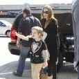 Angelina Jolie embarque de l'aéroport de L.A. avec ses deux filles aînées Zahara et Shiloh, destination Amsterdam le 13 mars 2012