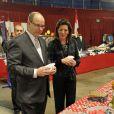 Albert et Caroline de Monaco, resplendissante, découvrent la kermesse organisée par l'oeuvre de Soeur Marie, dans le quartier de Fontvieille à Monaco, le 16 mars 2012.