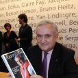 Jean-Pierre Raffarin signe quelques exemplaires de son livre au Salon du Livre de Paris, le samedi 17 mars 2012.