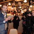 Nicolas Bedos signe quelques exemplaires de son livre au Salon du Livre de Paris, le samedi 17 mars 2012.