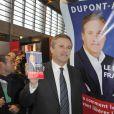 Nicolas Dupont-Aignan signe quelques exemplaires de son livre au Salon du Livre de Paris, le samedi 17 mars 2012.