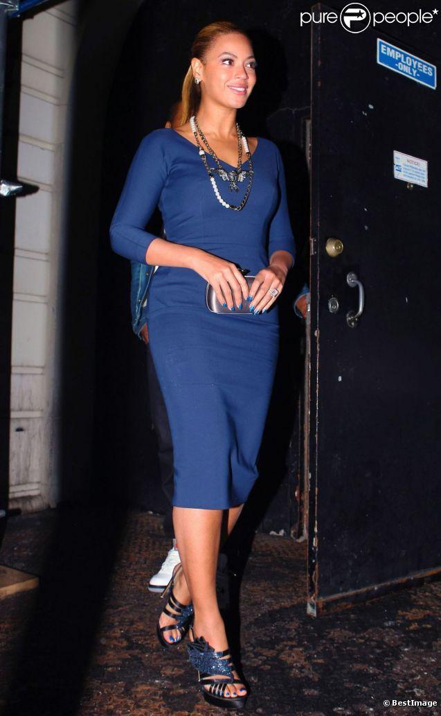 Beyoncé Knowles, superbe dans sa robe Victoria Beckham et ses chaussures Nicholas Kirkwood, sort du restaurant Nobu avec Jay-Z. New York, le 19 mars 2012.