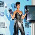 Rihanna, moulée dans un total look cuir, nous rappelle Xena La Guerrière avec ses deux American Music Awards dans les mains. Novembre 2008.