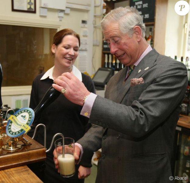 Le geste auguste du brasseur... Le prince Charles a dégusté une bonne Windermere Pale pour le dixième anniversaire de la brasserie Hawkshead, en visite dans le comté de Cumbria (nord-ouest de l'Angleterre), le 3 avril 2012.