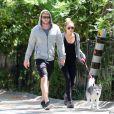 Miley Cyrus promène son chien avec son petit ami Liam Hemsworth, à Los Angeles, le mardi 3 avril 2012.