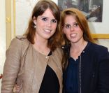 Les princesses Beatrice et Eugenie d'York dans la loge royale du Royal Albert Hall de Londres le 3 avril 2012, pour le dernier des concerts caritatifs au profit du Teenage Cancer Trust, assuré par Florence and the Machine.