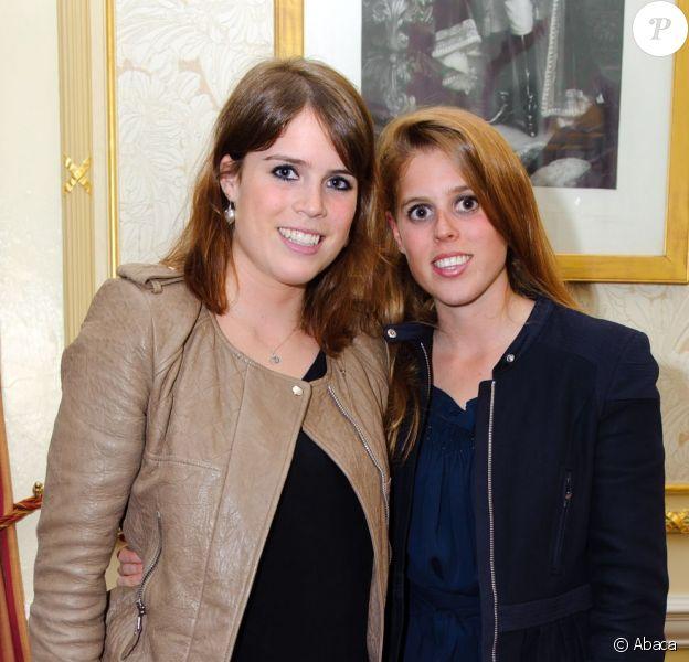 Les princesses Beatrice et Eugenie d'York dans la loge royale du Royal Albert Hall de Londres le 3 avril 2012, pour le dernier des concerts caritatifs au profit du Teenage Cancer Trust, assuré par Florence and the Machine.