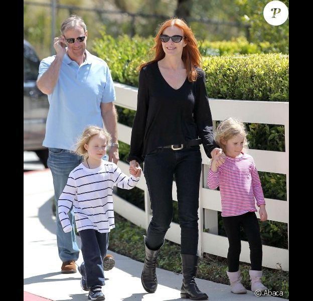 Marcia Cross, son mari Tom Mahoney et leurs jumelles, les adorables Eden et Savannah, à la recherche d'une nouvelle école, se baladent dans les rues de Los Angeles, le 6 avril 2012 à Santa Monica