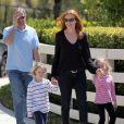 Marcia Cross, son mari Tom Mahoney et leurs jumelles, Eden et Savannah, à la recherche d'une nouvelle école, se baladent dans les rues de Los Angeles, le 6 avril 2012 à Santa Monica