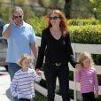 Marcia Cross, son mari Tom Mahoney et leurs jumelles, Eden et Savannah, à la recherche d'une nouvelle école, dans les rues de Los Angeles, le 6 avril 2012 à Santa Monica