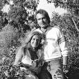 """Dalida en 1979 avec son compagnon Richard Anfray (dit """"le comte de Saint-Germain"""") à Saint-Tropez.   En 2012, 25 ans après son suicide dans la nuit du 2 au 3 mai 1987, Dalida continue de passionner et de renvoyer l'image d'une diva aux airs de femme fatale. Sa facette intime, celle de la femme désespérée, reste à découvrir..."""