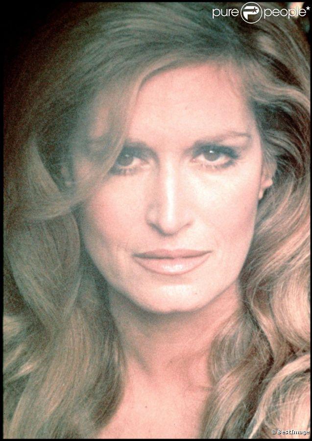 En 2012, 25 ans après son suicide dans la nuit du 2 au 3 mai 1987, Dalida continue de passionner et de renvoyer l'image d'une diva aux airs de femme fatale. Sa facette intime, celle de la femme désespérée, reste à découvrir...