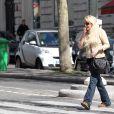 Loana se promène dans les rues de Paris, le vendredi 13 avril 2013.