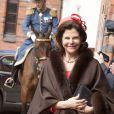 """""""Arrivés en voiture aux Ecuries royales de Stockholm, le président de la Finlande Sauli Niinistö et sa femme Jenni Haukio ont rallié en carrosse avec leurs hôtes le palais royal Drottningholm, le 17 avril 2012."""""""