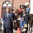 """""""Le prince Daniel salue sa belle-mère. Le roi Carl XVI Gustaf et la reine Silvia de Suède ont accueilli le président de la Finlande Sauli Niinistö et sa femme Jenni Haukio aux Ecuries royales, le 17 avril 2012."""""""