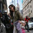 Katie Holmes et sa fille Suri photographiées à la sortie de leur appartement à Manhattan lors du 6e anniversaire de Suri le 18 avril 2012 à New York