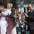 Albert applaudi le beau geste de Charlene... Le prince Albert et la princesse Charlene de Monaco, coupe garçonne surprise, ont assisté dimanche 22 avril 2012 à la victoire expéditive de Rafael Nadal sur Novak Djokovic en finale du Rolex Masters 1000 de Monte-Carlo, et récompensé les deux joueurs lors de la cérémonie de clôture.