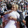 Nole sa fait consoler...   La princesse Charlene de Monaco, avec une surprenante coupe de cheveux garçonne, accompagnait dimanche 22 avril 2012 le prince Albert pour assister à la victoire expéditive de Rafael Nadal sur Novak Djokovic en finale du Rolex Masters 1000 de Monte-Carlo, et récompenser les deux joueurs lors de la cérémonie de clôture.