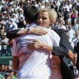 """""""Charlene console Djokovic après la raclée qu'il a prise... La princesse Charlene de Monaco, avec une surprenante coupe de cheveux garçonne, accompagnait dimanche 22 avril 2012 le prince Albert pour assister à la victoire expéditive de Rafael Nadal sur Novak Djokovic en finale du Rolex Masters 1000 de Monte-Carlo, et récompenser les deux joueurs lors de la cérémonie de clôture."""""""