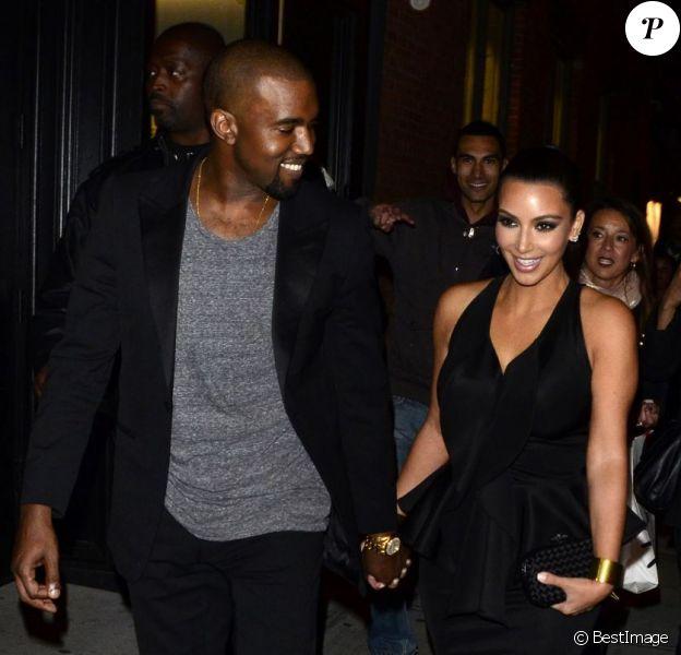 Kim Kardashian et Kanye West officialisent leur amour main dans la main à New York le 23 avril 2012