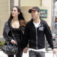 Pete Wentz et sa petite amie Meagan Camper, à Los Angeles, à la sortie d'un magasin Louis Vuitton (mardi 24 avril 2012).
