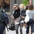 Ashlee Simpson accompagnée de son fils Bronx Mowgli et de son boyfriend Vincent Piazza, le mardi 24 avril 2012.