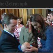 Kate Middleton, doublement impériale, et William tout attendris devant un bébé