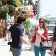 Alors que Jessica Alba se rend à son bureau à Santa Monica des photographes lui souhaitent déjà un bon anniversaire. Le 27 avril 2012.