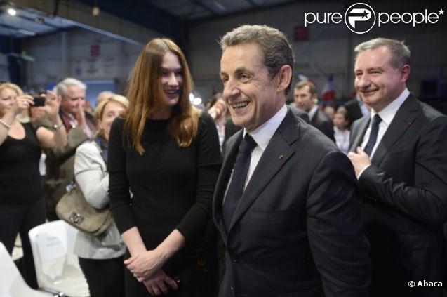Carla Bruni-Sarkozy au côté de son homme Nicolas Sarkozy lors du meeting de ce dernier à Toulouse le 29 avril 2012