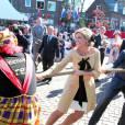 """Ho hisse ! Le prince Willem-Alexander et la princesse Maxima sont un couple soudé dans l'effort !   Pour le  Koninginnedag  (""""Jour de la reine"""") 2012, le 30 avril, la famille royale des Pays-Bas s'est rassemblée autour de la reine Beatrix pour célébrer cette grande fête nationale avec la population à Rhenen et Veenendaal, où les jeux traditionnels attendaient les têtes couronnées ! Willem-Alexander et Maxima, Constantijn et Laurentien, ainsi que la princesse Margriet et son époux Pieter van Vollenhoven, Maurits et Marilene, Bernhard et Annette, Floris et Aimee participaient !"""