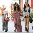 Vanessa Hudgens, sa mère et sa petite soeur Stella, un charmant trio qui sous le soleil de Studio City. Le 30 avril 2012.