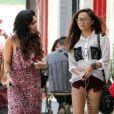 Vanessa Hudgens, accompagnée de sa mère et de sa petite soeur Stella, sort du Sun Cafe où elle ont déjeuné. Studio City, le 30 avril 2012.
