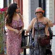 Vanessa Hudgens et sa mère, Gina, se retrouvent et passent du bon temps sous le soleil de Studio City. Le 30 avril 2012.