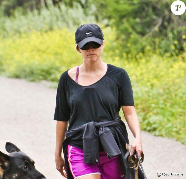 Reese Witherspoon fait un peu d'exercice dans le quartier de Brentwood, à Los Angeles. 4 mai 2012