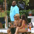 Shemar Moore, en très charmante compagnie, à la piscine de son hôtel, à Miami, le vendredi 4 mai 2012.