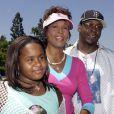 Bobby Brown en compagnie de Whitney Houston et de leur fille Bobbi Kristina au Disneyland d'Anahein en Californie en août 2004.