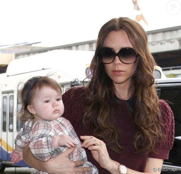 Victoria Beckham et Harper à l'aéroport de Los Angeles direction New York, le 7 février 2012.