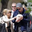 Elsa Pataky et son mari Chris Hemsworth se promènent dans les rues de Londres avec leur petite fille India Rose, née le 11 mai 2012