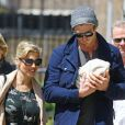 Très protecteurs, Elsa Pataky et son mari Chris Hemsworth se promènent dans les rues de Londres avec leur petite fille India Rose, née le 11 mai 2012