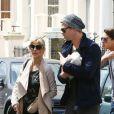 En couple, Elsa Pataky et son mari Chris Hemsworth se promènent dans les rues de Londres avec leur petite fille India Rose, née le 11 mai 2012
