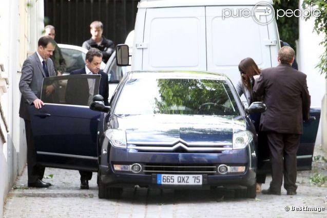Nicolas Sarkozy et Carla Bruni quittent leur domicile du XVIe arrondissement, direction Marrakech, le 16 mai 2012.