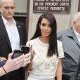 Kim Kardashian sort de son hôtel à Londres pour se rendre à une séance de promo le 17 mai 2012
