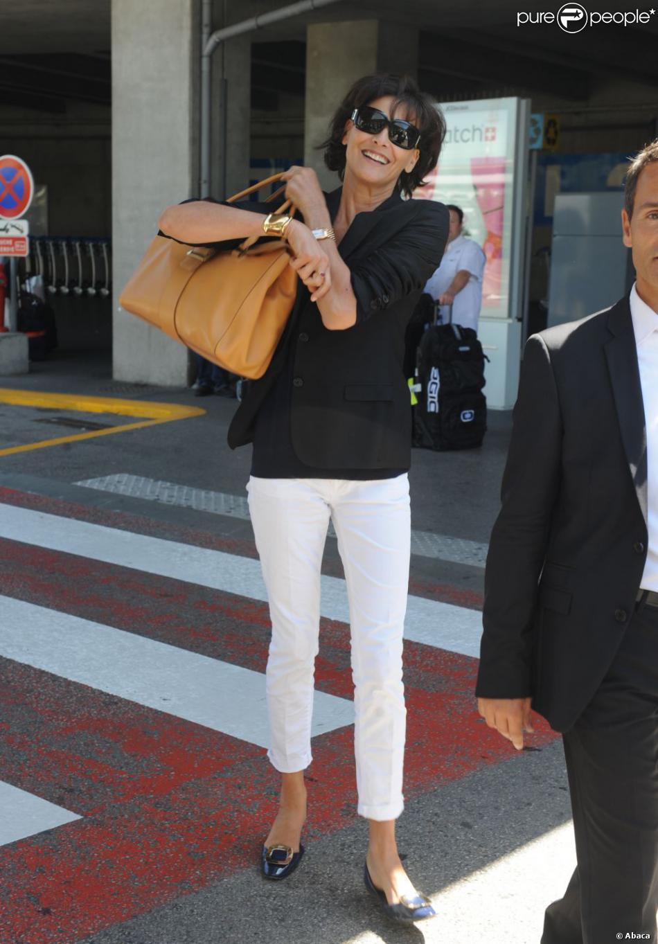 Inès de la Fressange, stylée comme toujours à son arrivée à l'aéroport de Nice, chaussée de ballerines Roger Vivier. Le 17 mai 2012.