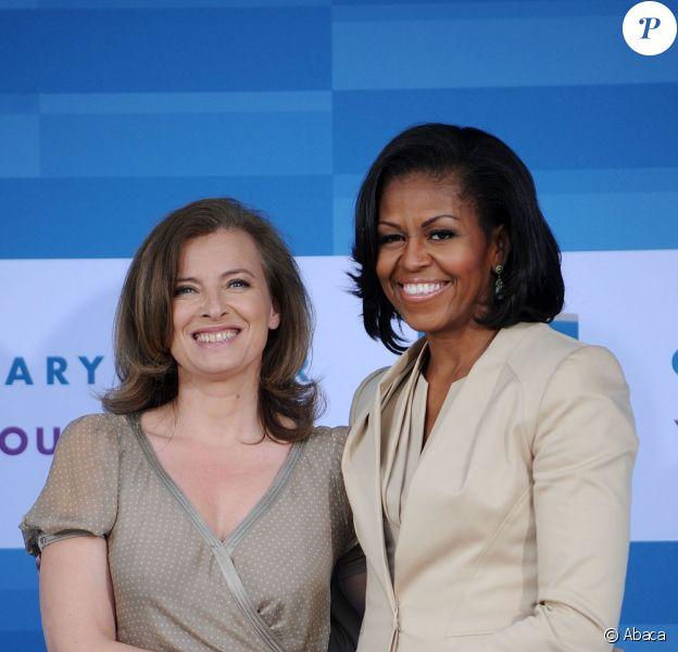 Valérie Trierweiler et Michelle Obama prennent la pose, au Gary Comer Youth Center, à Chicago, le 20 mai 2012.