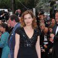Emmanuelle Devos en robe Elie Saab lors de la montée des marches le 21 mai 2012 dans le cadre du Festival de Cannes lors de la présentation du film d'Alain Resnais Vous n'avez encore rien vu