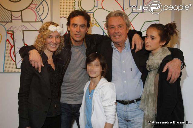 Alain Delon, Anthony Delon, ses filles Lou et Liv avec l'artiste Valeria Attinelli au vernissage de l'exposition Princess's Tour, à la Galerie Caplain Matignon, à Paris, le 22 mai 2012.