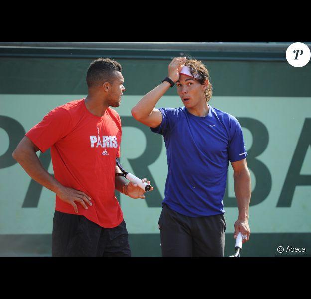 Jo-Wilfried Tsonga et Rafael Nadal très complices le 24 mai 2012 à Roland Garros lors d'un essai pour les nouvelles raquettes intelligentes signées Babolat